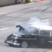 Ein Überfall hat diesen Rennfahrer durch die Windschutzscheibe seines Wagens bugsiert.