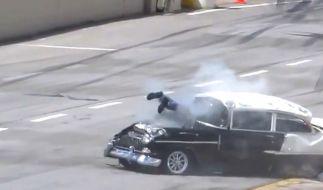 Ein Überfall hat diesen Rennfahrer durch die Windschutzscheibe seines Wagens bugsiert. (Foto)