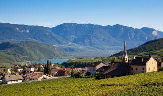 Der Kalterer See in Südtirol ist nur eines von vielen schönen Urlaubszielen für eine kulinarische Reise im Herbst. (Foto)
