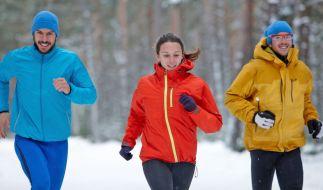 Mit der richtigen Kleidung und ein paar Vorsichtsmaßnahmen ist Jogging auch im Winter problemlos möglich. (Foto)