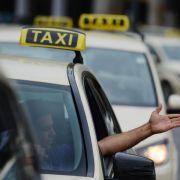 Mit einem Taxi kommen Sie schnell von A nach B.