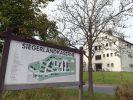 Ein Schild mit der Aufschrift «Siegerlandkaserne» steht vor dem Flüchtlingsheim auf dem Gelände der ehemaligen Siegerland-Kaserne. (Foto)