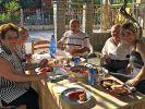Panagiota mit ihrer Familie in ihrem Heimatdorf in Griechenland. (Foto)