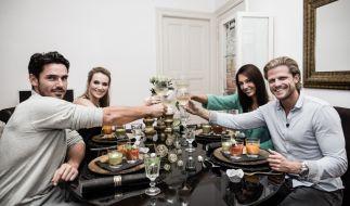 Bachelor-Spezial auf Vox: Jan Kralitschka, Gastgeberin Anna Hofbauer, Juliane Ziegler und Paul Janke (von links) kämpfen um die Dinner-Krone. (Foto)