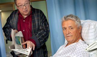 Kommissar Schmücke ist nach einer Schussverletzung ans Bett gefesselt. (Foto)