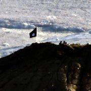 IS-Kämpfer hissen Flagge am Ortsrand von Kobane (Foto)