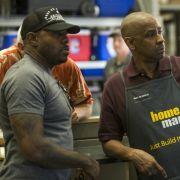 Denzel Washington (McCall, r.) und Regisseur Antoine Fuqua am Set von Sony Pictures' 'The Equalizer.