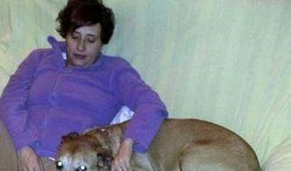 Dieses Foto zeigt die infizierte spanische Krankenschwester mit ihrem Hund. (Foto)