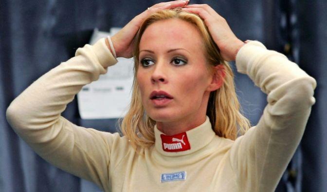 Cora als Rennfahrerin