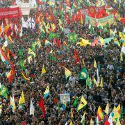 Über 20 000 Kurden demonstrieren in Düsseldorf (Foto)
