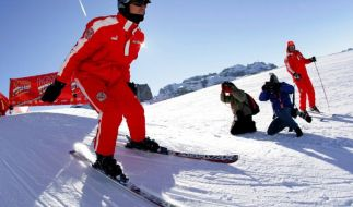 Ein französischer Journalist ist sich sicher: Michael Schumachers Helmkamera ist Schuld an den schweren Hirnverletzungen. (Foto)