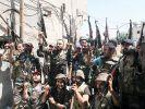Syrische Soldaten strecken bei einer Archiv-Aufnahme ihre Waffen in die Luft. (Foto)