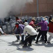 Wütende Studenten attackieren in Mexiko Regionalregierung (Foto)