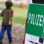 Polizisten werfen Tüte mit Babyleiche in Müll (Foto)