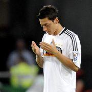Platz 12: Eine weltmeisterliche Bezahlung bekommt Mesut Özil von Arsenal. 19,1 Millionen Dollar (16,8 Millionen Euro) verdient der Deutsche .