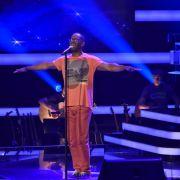 Chorleiter von Ivy Quainoo auf der Bühne (Foto)