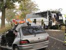 Ein zerstörter Reisebus und das Wrack eines PKW stehen am 18.10.2014 auf der B5 zwischen Pessin und Friesack (Brandenburg). (Foto)