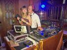 Jenny begleitet Gunther zu einem DJ-Job. (Foto)