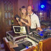 Jenny begleitet Gunther zu einem DJ-Job.
