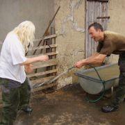 Statt die Schafe zu baden machen Rainer und Heike eine neckische Wasserschlacht.