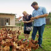 Ralf zeigt Ursula seine Hühner. Die 42-Jährige hat ein wenig Angst vor den Tieren.