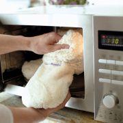 Kuschelwarme Füße aus der Mikrowelle: Mit den Slippies Wärmehausschuhen sind kalte Füße kein Thema mehr.