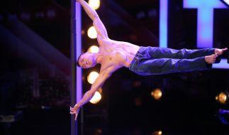 Nhat-Nam Lé (27), Akrobat aus Straßburg, versucht den Weltrekord als menschliche Flagge an einem chinesischen Mast zu brechen. (Foto)