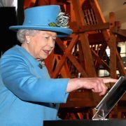 Queen schickt ersten eigenen Tweet (Foto)