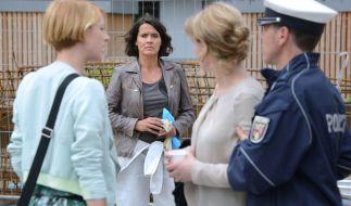 Lena (Ulrike Folkerts, 2.v.li.) wundert sich, als die neue Urlaubsvertretung Stern (Lisa Bitter, links) beginnt, Ella Wagner (Marion Mitterhammer) Fragen zu stellen. (Foto)