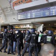 Bereits zu Beginn der Demo kam es zu ersten Ausschreitungen. Hooligans provozierten die Gegendemonstranten, die sich auf der anderen Seite des Kölner Bahnhofes versammelten.