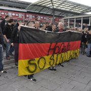 Der Gewaltzug durch die Kölner Innenstadt beginnt.