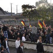 Trotz der Auflagen der Polizei betrinken sich die Hooligans während des Demonstrationszuges - es sind erst wenige Meter hinter sich gebracht.