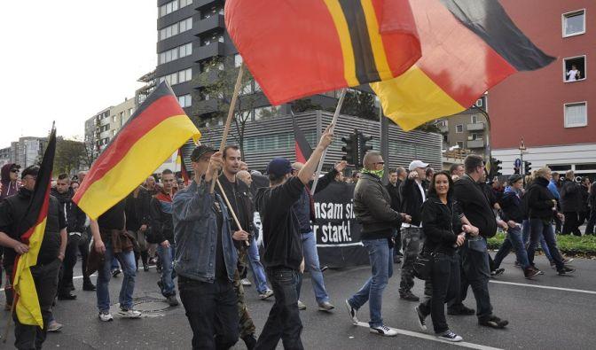 Mehr als 4.500 Demonstranten gingen in Köln auf die Straße, um gegen Salafisten zu demonstrieren. (Foto)