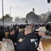 Nachdem mehrere Demonstranten mit Flaschen warfen, greift die Polizei mit Wasserwerfern ein, um die Situation unter Kontrolle zu bringen.