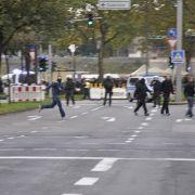 Nachdem die Polizei durchgriff, entwenden die gewaltbereiten Demonstranten Straßensperren und gehen auf die Polizisten los.