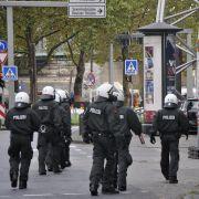 13 Einsatzkräfte wurden dabei verletzt.