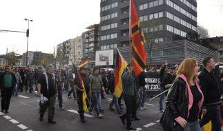 Mehr als 2.500 Hooligans gingen am Sonntag in Köln auf die Straße. (Foto)