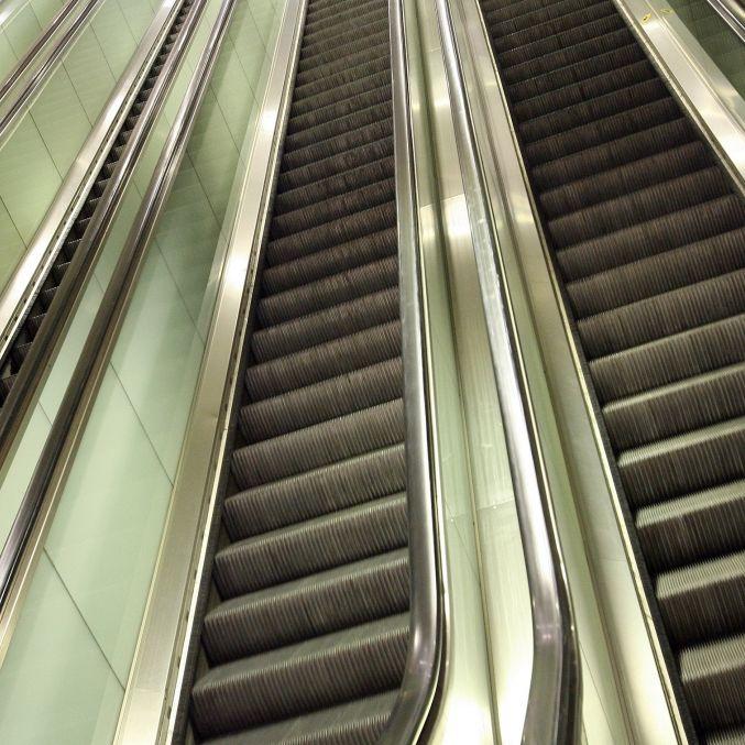 Kopfhaut eingrissen! Junge beinahe von Rolltreppe skalpiert (Foto)