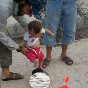 ISIS-Schockfoto! Kleinkind tritt gegen abgetrennten Kopf (Foto)