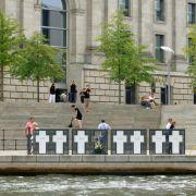 Flüchtlings-Aktivisten entfernen Gedenkkreuze für Mauertote (Foto)