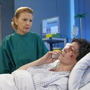 Riskiert Dr. Elena Eichhorn eine zweite OP? (Foto)