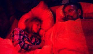 «Erste Nacht im Bus. 8 Stunden Fahrt . Mein Papa ist mit dabei. Bis Morgen», schreibt Heidi Klum zu diesem Bild. (Foto)