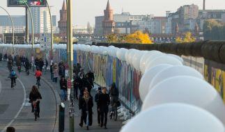 Berlin zelebriert 25 Jahre Mauerfall mit einer riesigen Lichtgrenze aus Ballons. (Foto)
