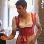 Thomas Müller verzückt im rosa Dirndl (Foto)