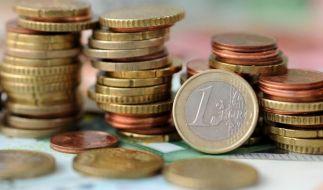 Neue Gesetze 2015: Die Krankenkassenbeiträge sinken, der Pflegemindestlohn steigt. (Foto)