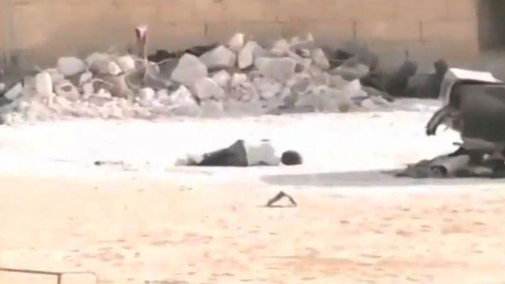 Video aus syrien im kugelhagel kleiner junge stellt sich for Boden liegen