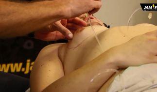 700 Milliliter Kochsalz werden in die Brüste gespritzt. (Foto)