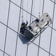 Beinahe-Absturz! Fensterputzer entkommen knapp dem Tod (Foto)