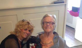 Ihren letzten Willen ließ sich die Oma aus Holland auf die Brust tätowieren. (Foto)