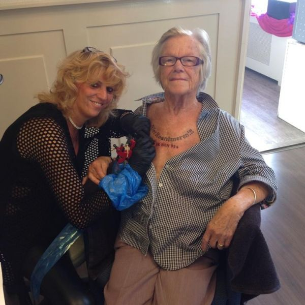Oma (91) lässt sich letzten Willen auf die Brust tätowieren (Foto)